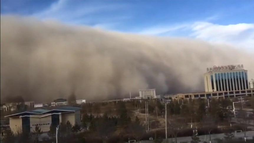 Huge wall of sand hits Chinese city of Zhangye