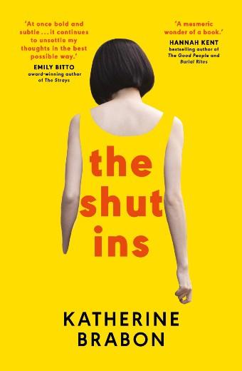 黄色い本の表紙は、ボブのヘアカットをした女性が向こうに向かっている様子を示しています。彼女の黄色いドレスは背景に消えていきます。