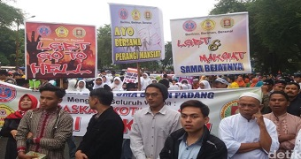 Thousands attend local government initiative of 'Padang anti-vice' to eradicate the LGBT community holding posters.