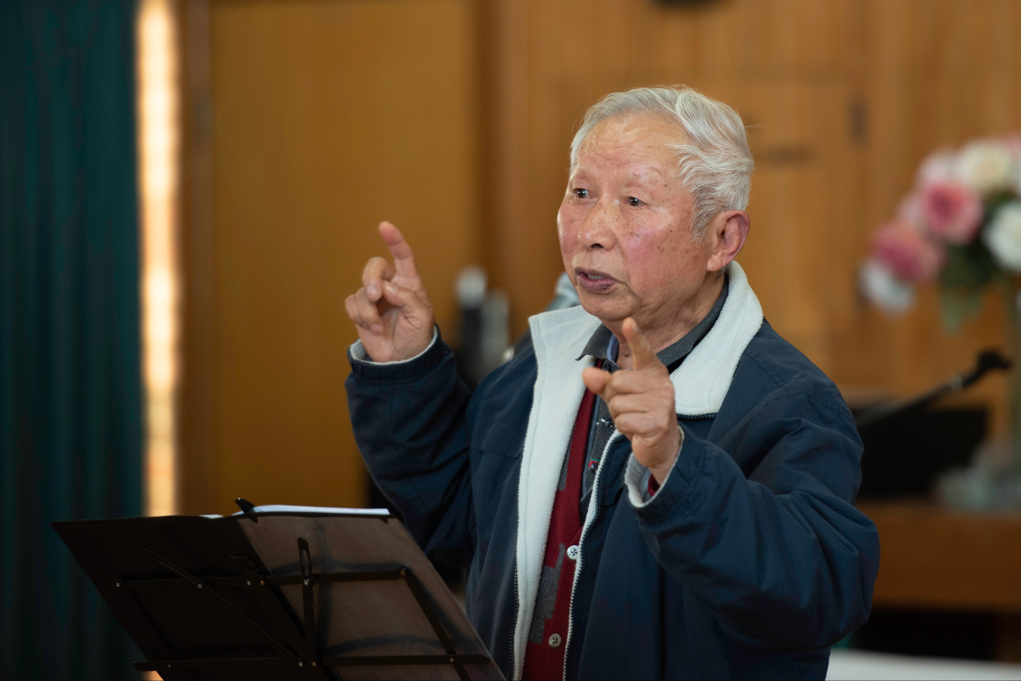 越南出生的杨诗源老先生说对于上了年纪的老年人来说,他们还是很小心注意的。