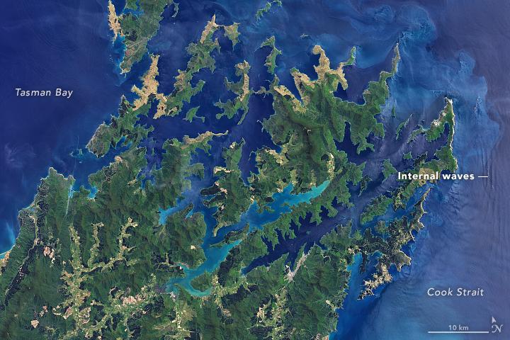 Imaginea prezentată arată valuri în interiorul Insulei de Sud, Noua Zeelandă.