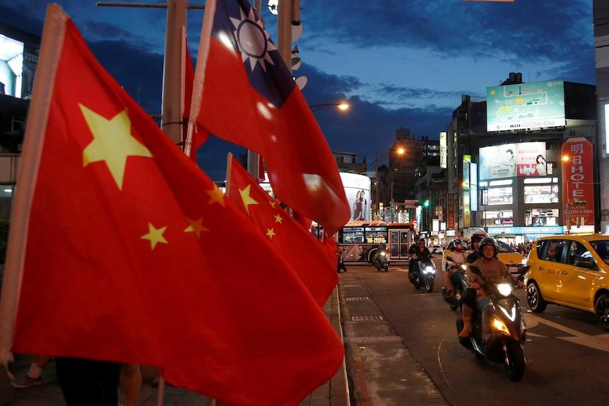 中国国旗在台湾的街道上飘扬