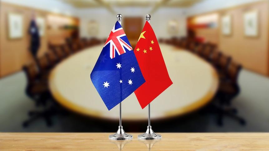 澳大利亚和中国的国旗放在桌面上。