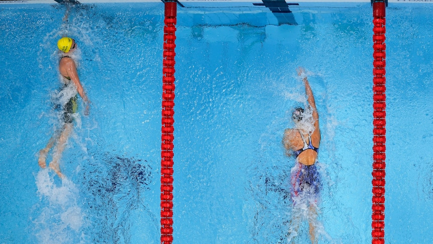 An aerial view of Ariarne Titmus beating Katie Ledecky in the women's 400m freestyle