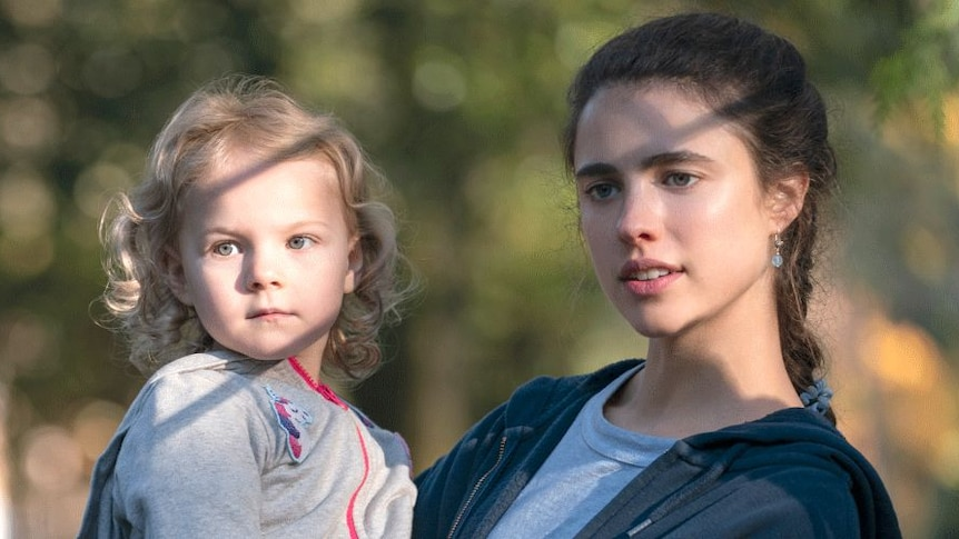 Alex(Margaret Qualley) and her three-year-old daughter Maddy (Rylea Nevaeh Whittet) in Netflix's Maid.