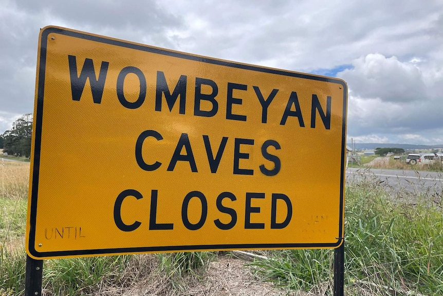 A yellow sign that says the Wombeyan Caves are closed.