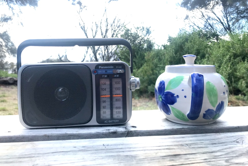 Photograph of a radio and a teapot.