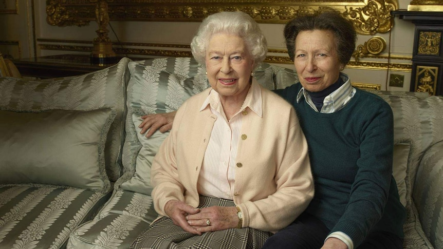 The Queen sits posing with her daughter