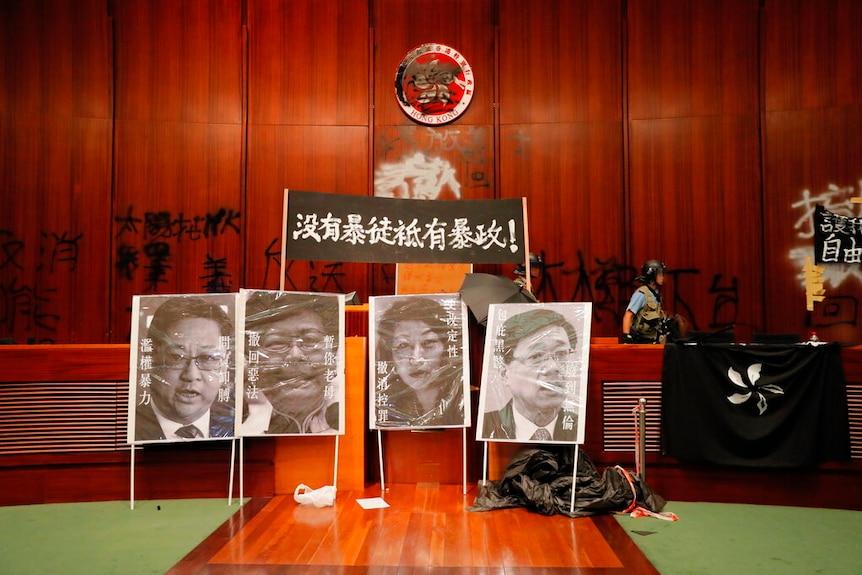 周一晚上,数百名香港抗议者涌入立法会综合大楼,拆除了立法会主席的肖像,并在主会议厅的墙上喷涂了支持民主的口号。