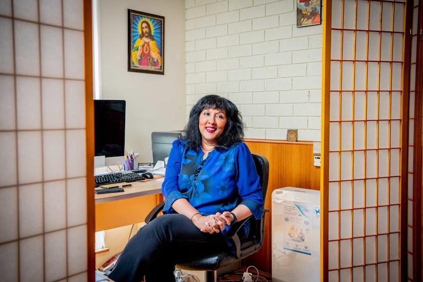 Zdjęcia kobiety w jej biurze