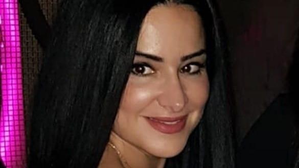 一名一头黑发的中年女性