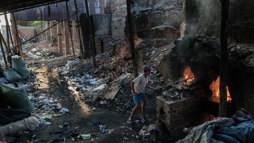 Cambodian brick workers become virtual slaves (Supplied: Royal Holloway, University of London/Thomas Cristofoletti)