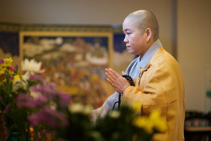 尼姑释三智(Thich Tam Tri)为过去15年来在日本死亡的越南工人祈祷。