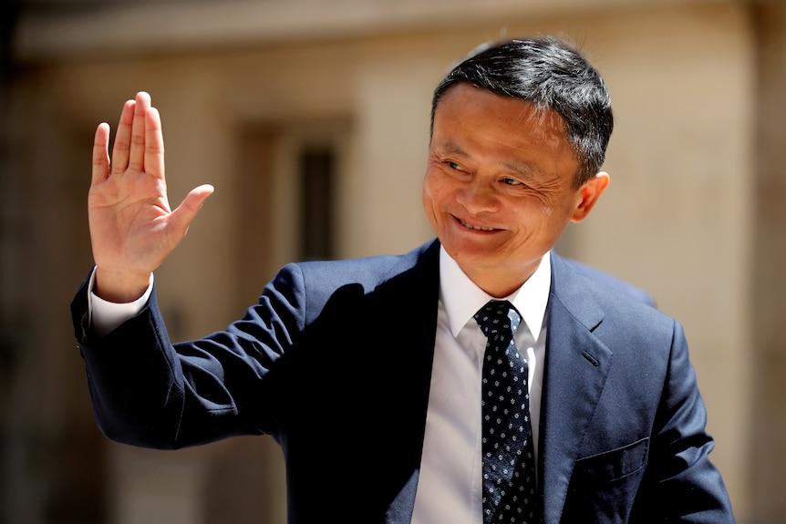 Jack Ma uśmiecha się i macha