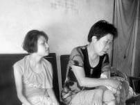 两个中国女人坐在一个沙发上