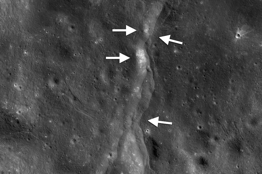 A ridge line on the Moon's surface, pockmarked by craters, with arrows pointing to the ridge.