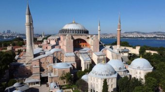 An photo of the buildings of the Hagia Sophia in Istanbul.