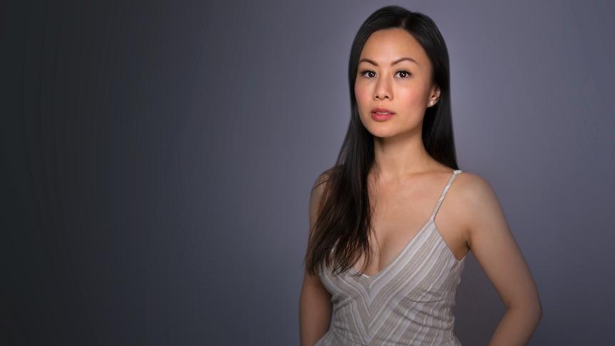 一位女性穿着白色裙子。