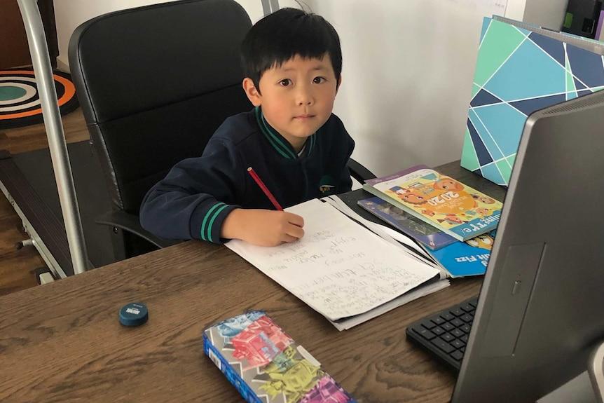 Ryder在一台电脑前做功课。