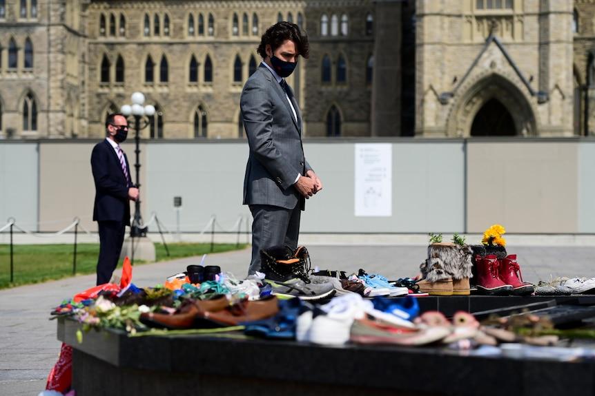 Г-н Трюдо посетил детский мемориал, покрытый ботинками, в знак признательности за останки, найденные в школе Камлупс.