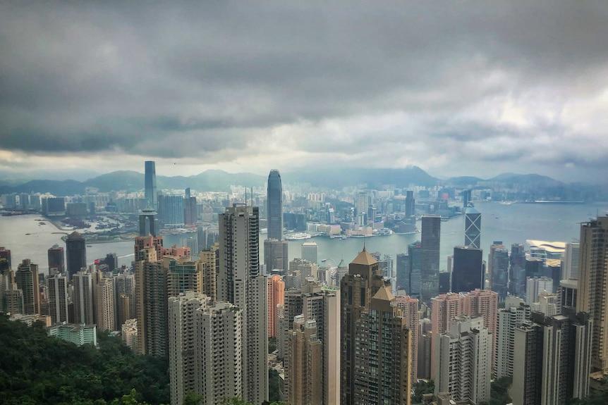10名遭中国当局扣押港人被深圳检方提起公诉,特区政府表示不会介入。