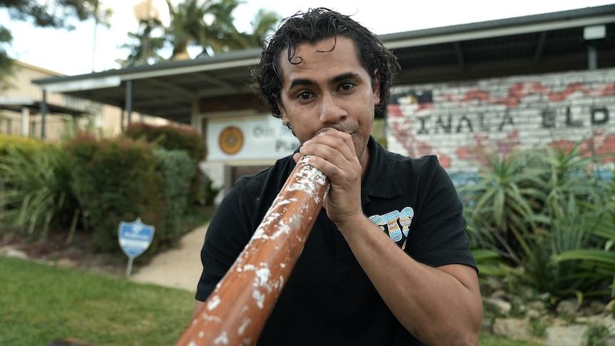 Jahmarley Dawson plays a didgeridoo