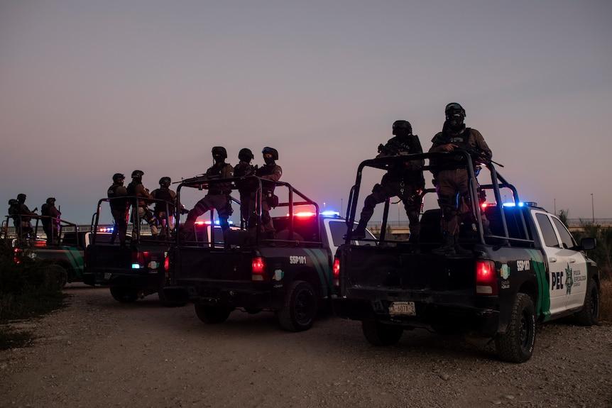 Policías mexicanos montan guardia a espaldas de utes