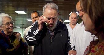 Fidel Castro walking among journalists.