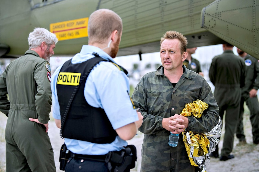 Danish inventor Peter Madsen talks to a police officer.