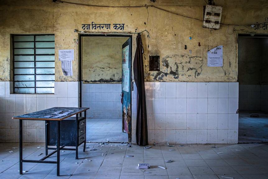 印度北部地区的诊所往往资源匮乏,只是空荡荡的大楼,没有工作人员或设备。