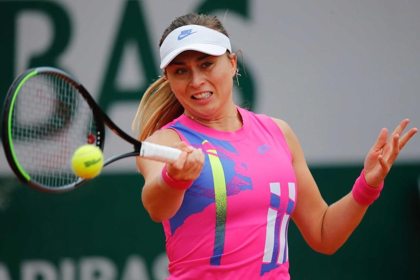 La española Paula Padusa juega a la pelota contra la alemana Laura Siegmund.