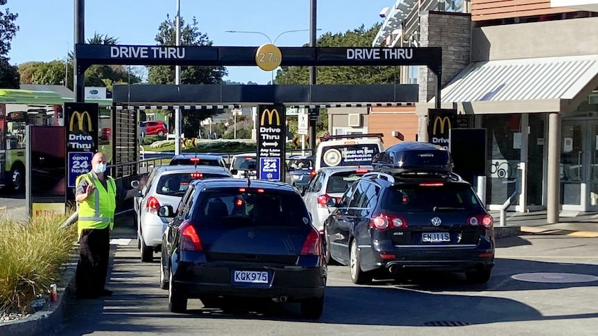 New Zealanders line up for takeaway as COVID-19 restrictions ease, Auckland remains under stage four lockdown - ABC News