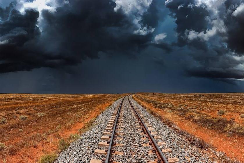 在新南威尔士州西部的Broken Hill(断山)附近,一场风暴正在酿造之中。