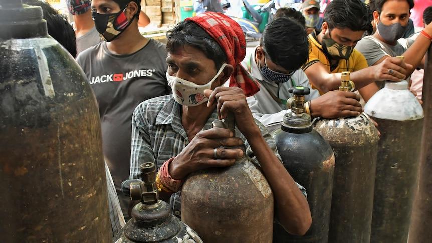 氧气罐子成为印度挽救新冠重症病人的唯一希望。