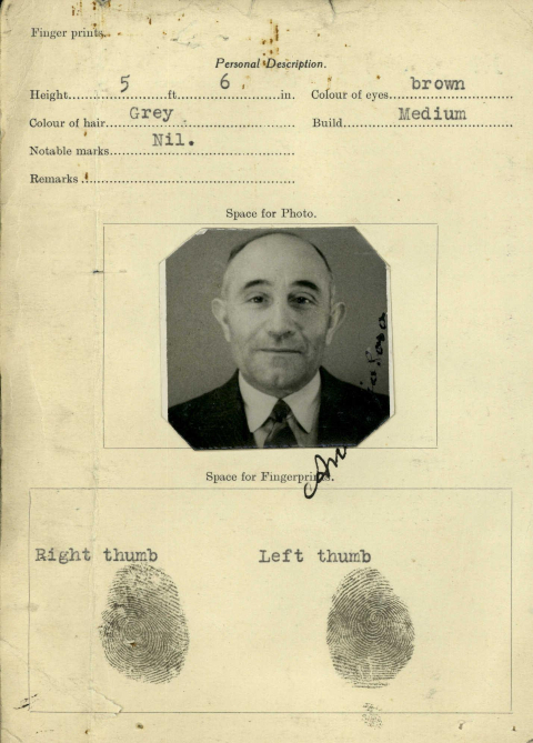 A document with a photo of Antonio Soro taken in 1940 as well as his fingerpronts.