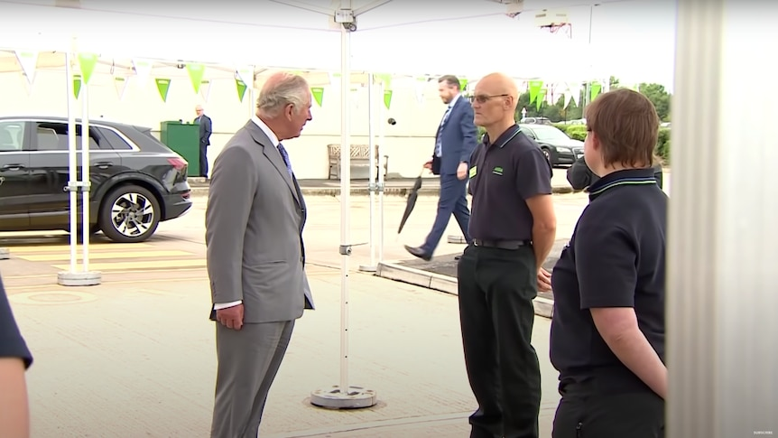 Did this man faint in front of Prince Charles after getting vaccinated?
