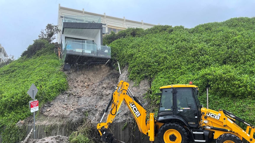Storm chaos in NSW as 'serious potentially life-threatening weather event' ploughs down the coast – ABC News