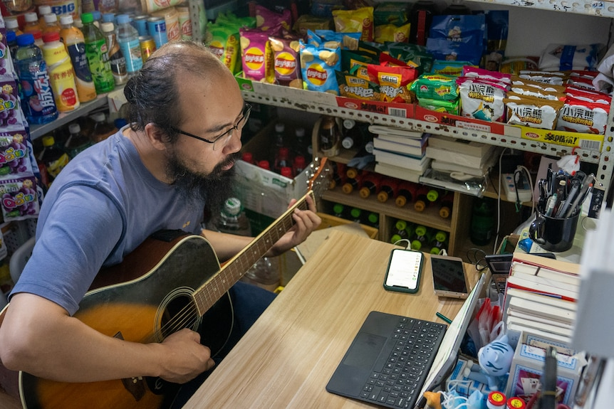 Li Chuang plays guitar.