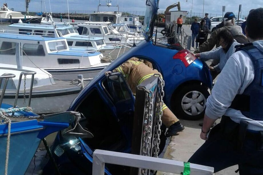 Car dangles off pier at Mordialloc