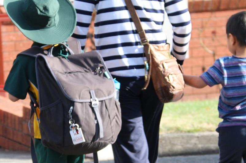 背书包的小男孩。