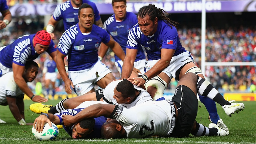 Samoa's Kahn Fotuali'i stretches out to score with team-mates behind him