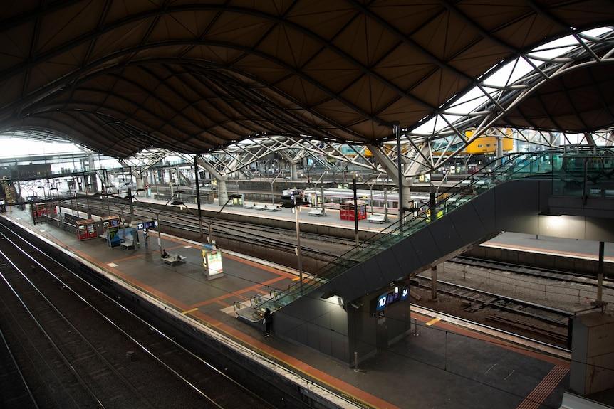 محطة ساوثرن كروس في ملبورن مع عدد قليل جدًا من الأشخاص.