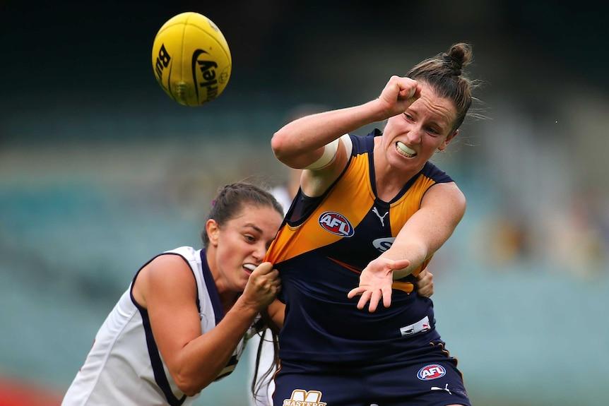 Kara Donnellan handballs while being tackled by Tarnica Golisano
