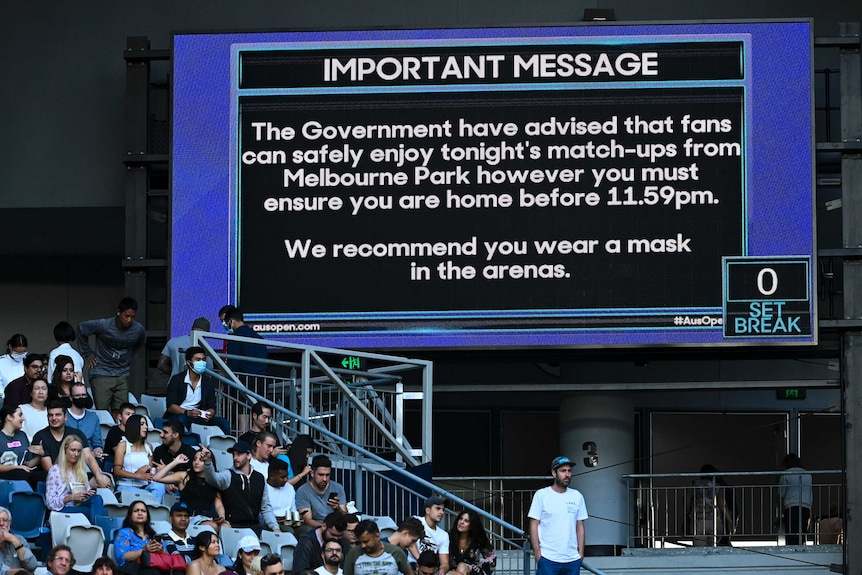 A screen advises spectators of the looming Victorian lockdown