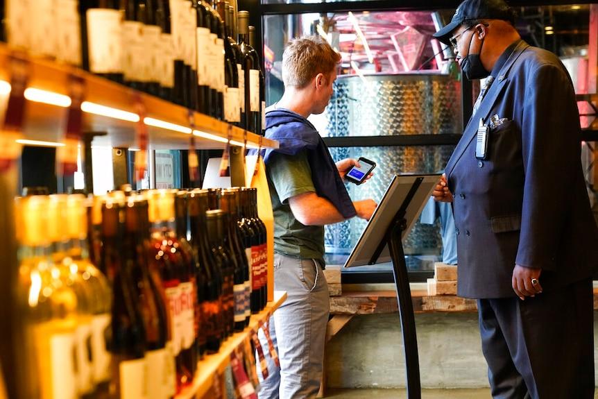 El personal de seguridad solicita a los clientes un comprobante de vacunación cuando ingresan a City Winery en la ciudad de Nueva York.