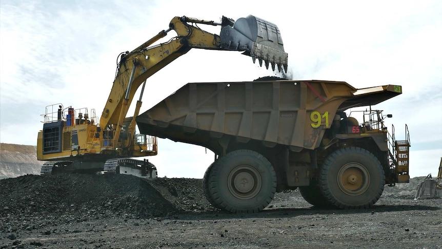 밥의 고양이에 탄 광부가 석탄을 실은 트럭.