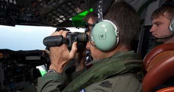 Australian pilot searches for MH370.