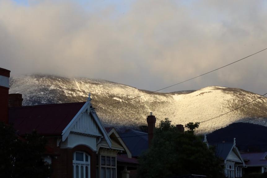 kunanyi/Mt Wellington snow, seenfrom North Hobart. August 2021.