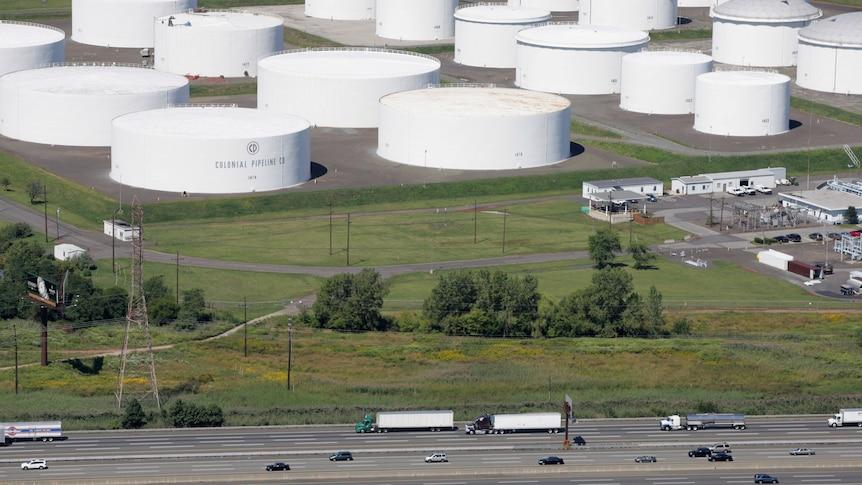 Движение проезжает мимо резервуаров для хранения нефти I-95, принадлежащих Colonial Pipeline Company в Липе.