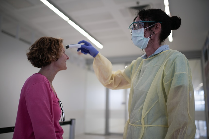 A medical worker performs coronavirus tests.